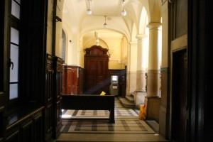 Блокираните за външни лица коридори на университета