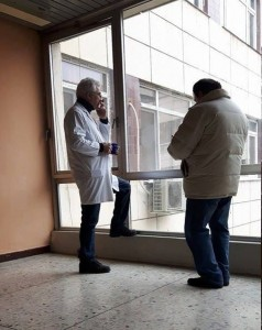 """Д-р Веселински, общопрактикуващ лекар в Благоевград, """"уловен"""" в кадър да пуши на работното си място от Blagoevgrad-NEWS. След като първоначално се самосезира по случая, РЗИ – Благоевград извърши проверка и не установи нарушение.  Снимка: Blagoevgrad – NEWS"""